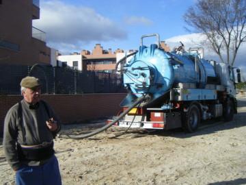 señor en camión cisterna, camión cisterna